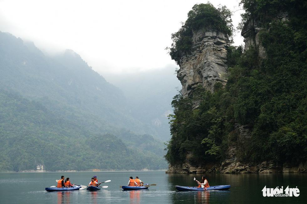 Chèo thuyền kayak ngắm hồ thủy điện đẹp mê mẩn - Ảnh 8.