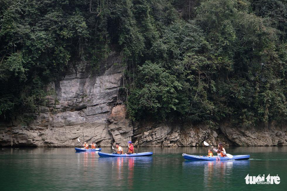 Chèo thuyền kayak ngắm hồ thủy điện đẹp mê mẩn - Ảnh 4.