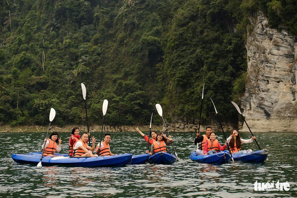 Chèo thuyền kayak ngắm hồ thủy điện đẹp mê mẩn - Ảnh 1.