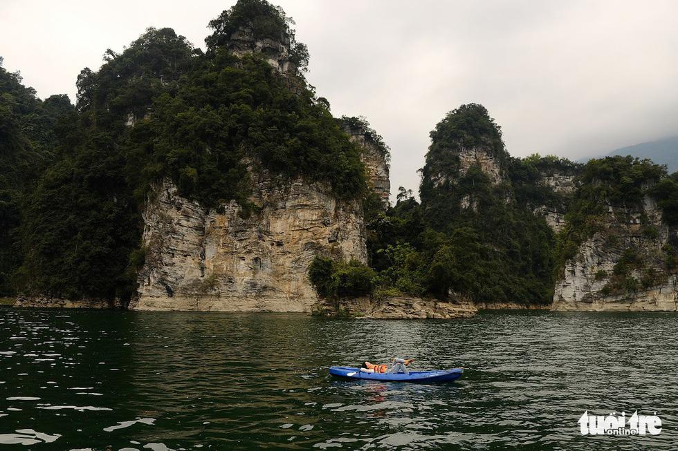 Chèo thuyền kayak ngắm hồ thủy điện đẹp mê mẩn - Ảnh 3.