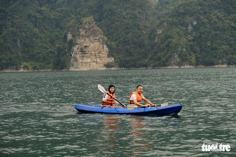 Chèo thuyền kayak ngắm hồ thủy điện đẹp mê mẩn - Ảnh 5.