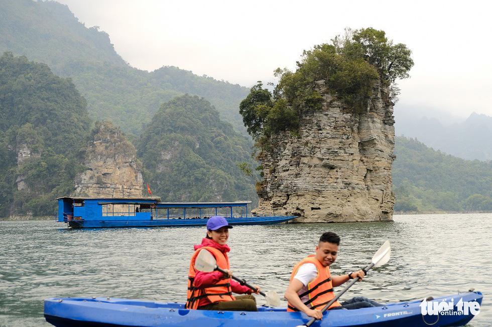 Chèo thuyền kayak ngắm hồ thủy điện đẹp mê mẩn - Ảnh 6.