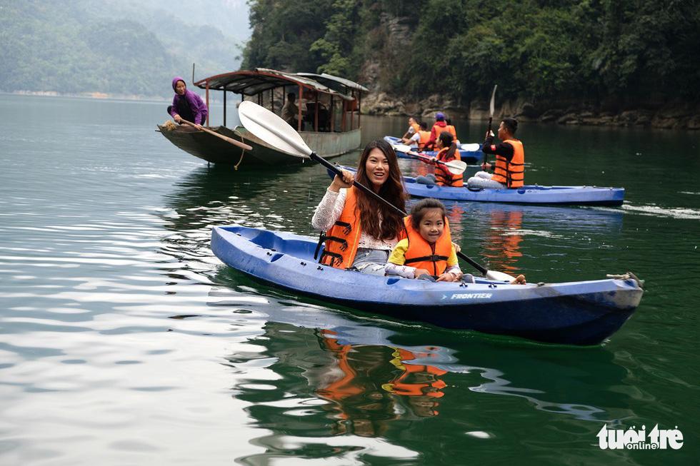 Chèo thuyền kayak ngắm hồ thủy điện đẹp mê mẩn - Ảnh 2.