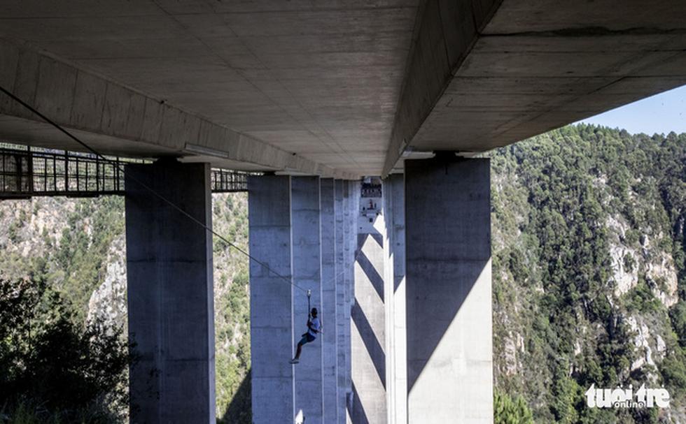 10 giây thót tim với nhảy bungy cao nhất thế giới từ trên cầu - Ảnh 4.