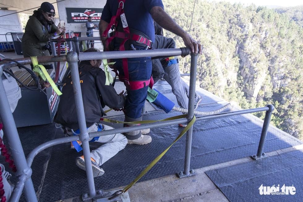 10 giây thót tim với nhảy bungy cao nhất thế giới từ trên cầu - Ảnh 9.