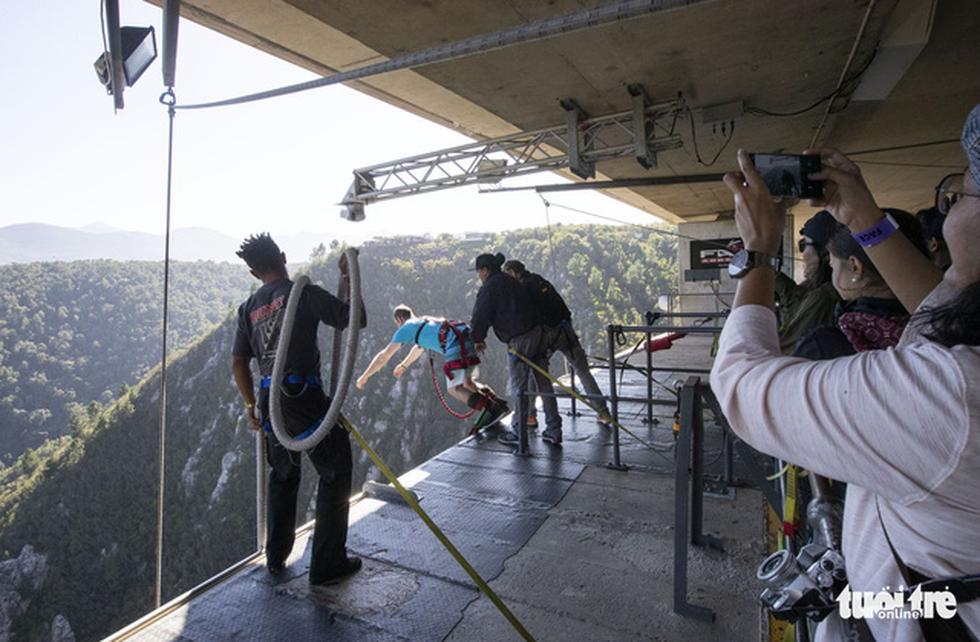 10 giây thót tim với nhảy bungy cao nhất thế giới từ trên cầu - Ảnh 12.