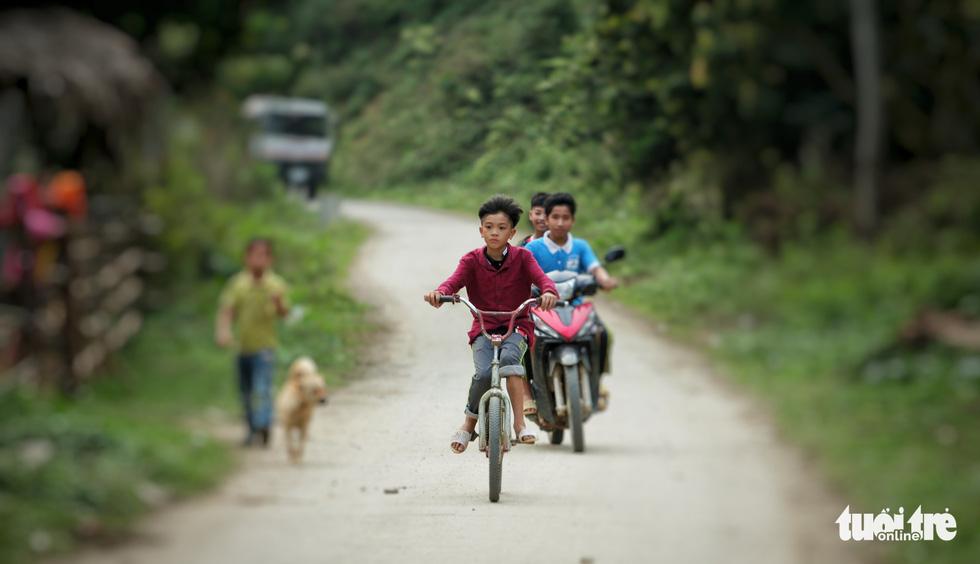 Cậu bé Sơn La đạp xe xuống Hà Nội chịu ngủ cống để gặp em - Ảnh 1.