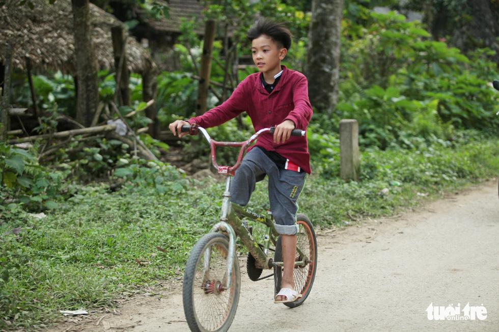 Cậu bé Sơn La đạp xe xuống Hà Nội chịu ngủ cống để gặp em - Ảnh 8.