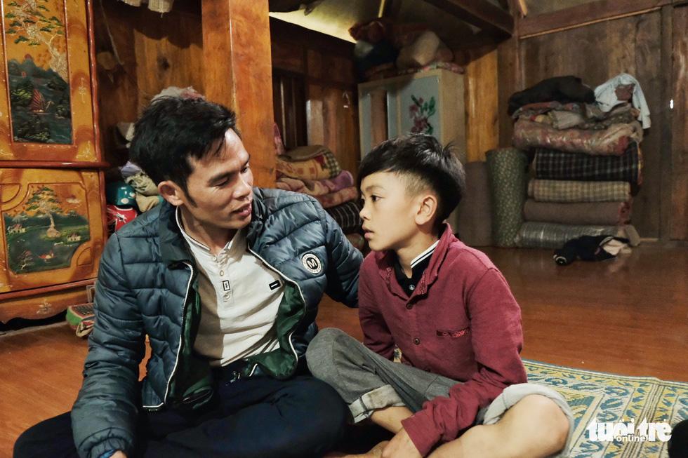 Cậu bé Sơn La đạp xe xuống Hà Nội chịu ngủ cống để gặp em - Ảnh 7.