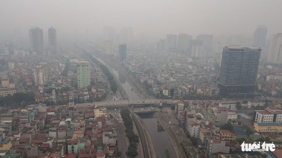 Hà Nội mịt mù trong ô nhiễm nhìn từ flycam - Ảnh 6.
