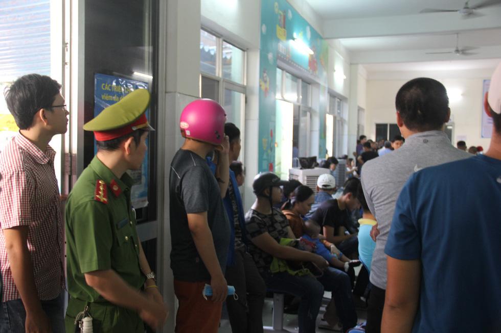 Đà Nẵng: hỗn loạn tiêm chủng lúc rạng sáng, cảnh sát phải can thiệp - Ảnh 7.