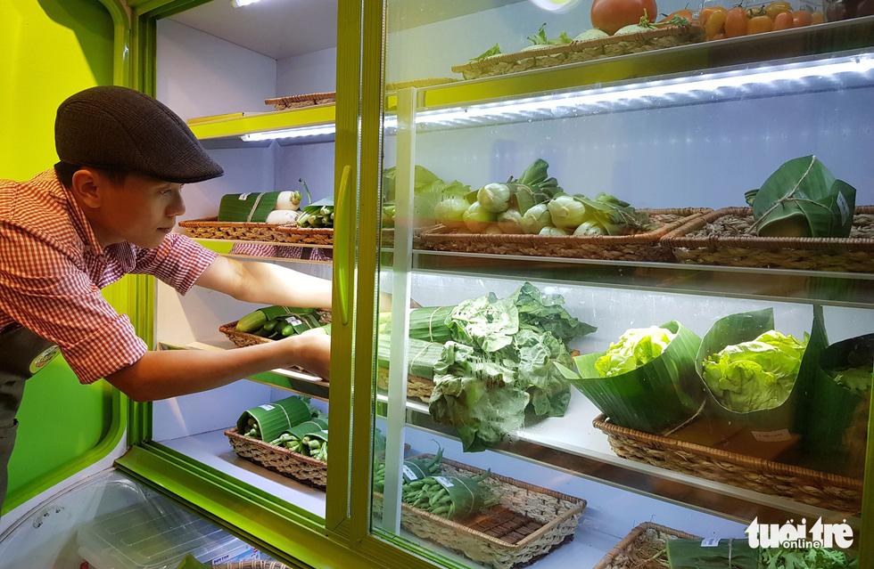 Tiệm nông sản ở Sài Gòn gói rau củ bằng lá chuối - Ảnh 5.