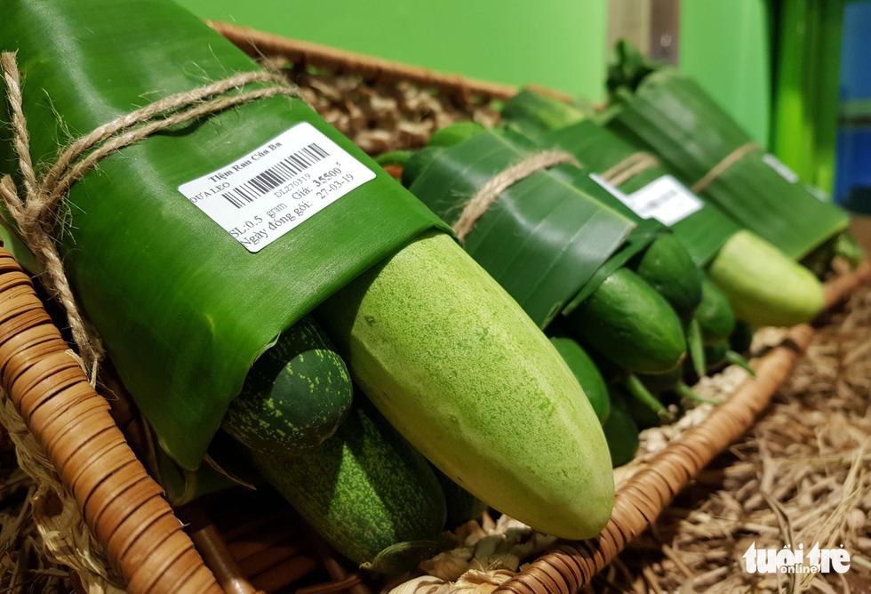 Tiệm nông sản ở Sài Gòn gói rau củ bằng lá chuối - Ảnh 4.