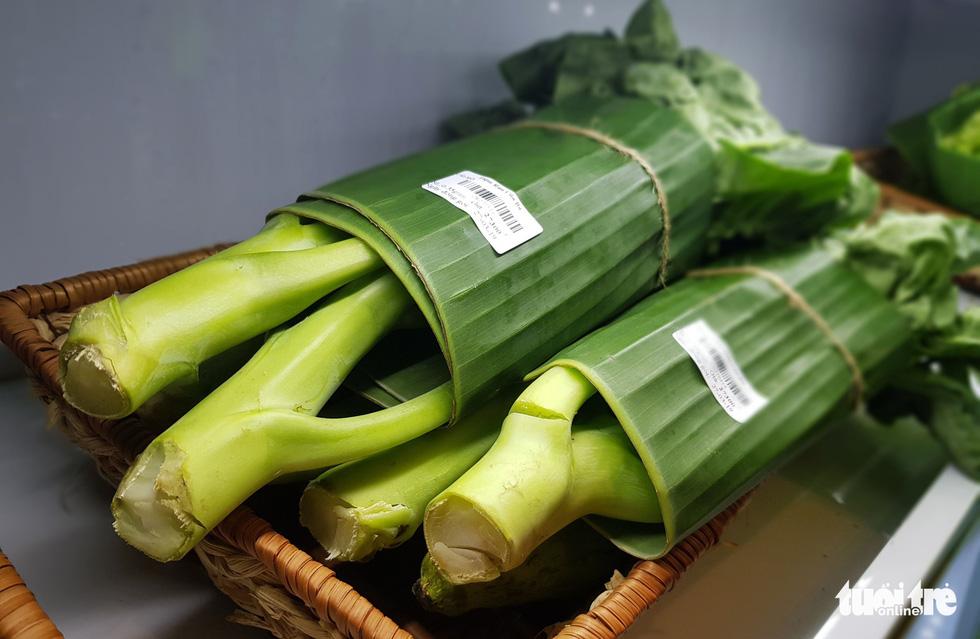 Tiệm nông sản ở Sài Gòn gói rau củ bằng lá chuối - Ảnh 6.