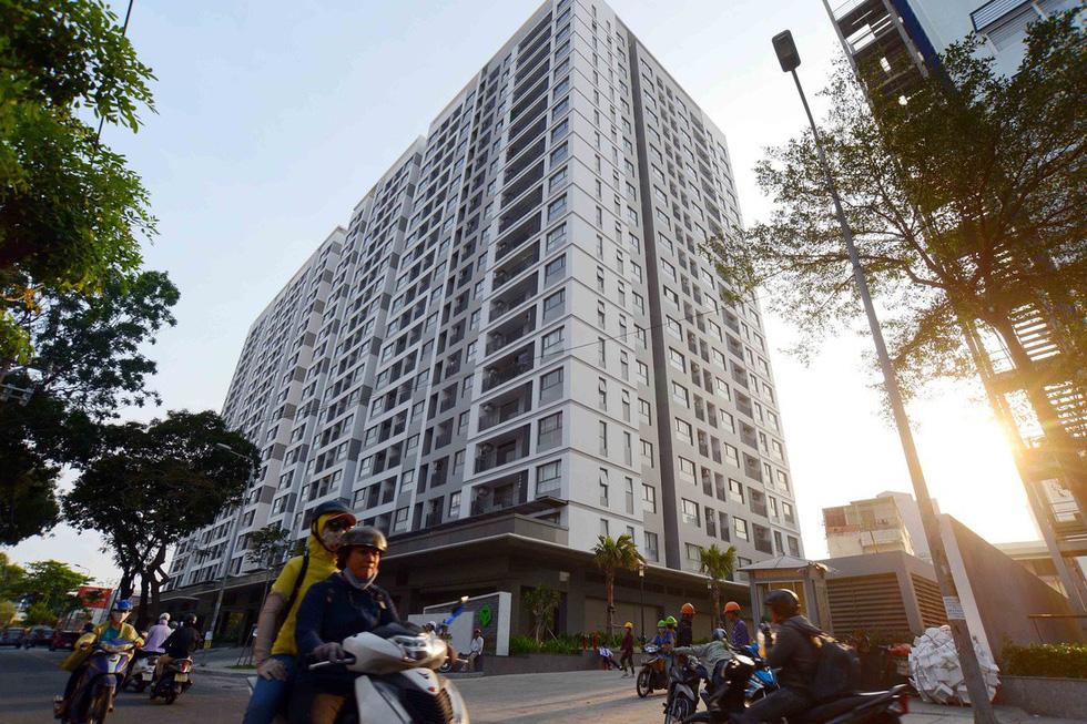 Hơn 100 dự án bất động sản TP.HCM đóng băng, người mua nhà hoang mang - Ảnh 1.