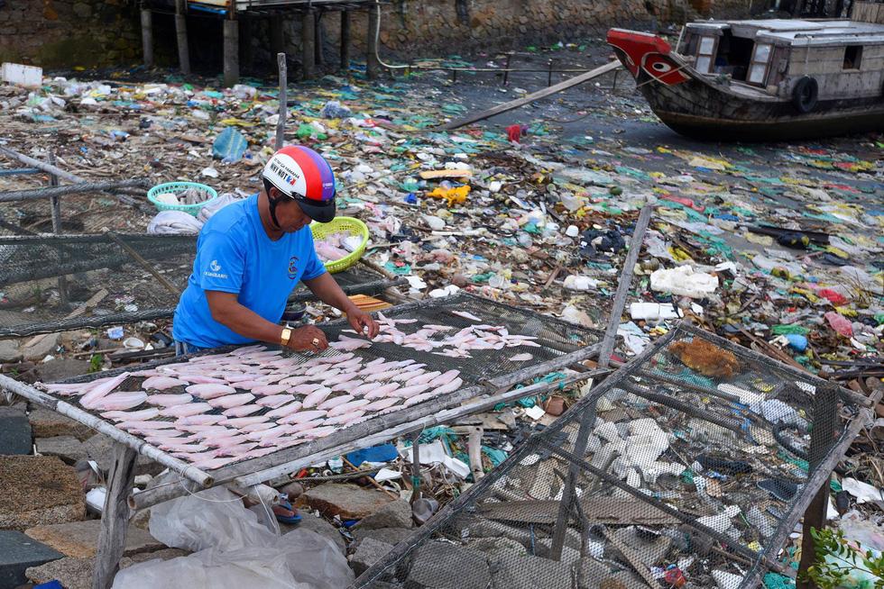 Đi xuyên Việt bằng xe máy chỉ để chụp... rác - Ảnh 3.