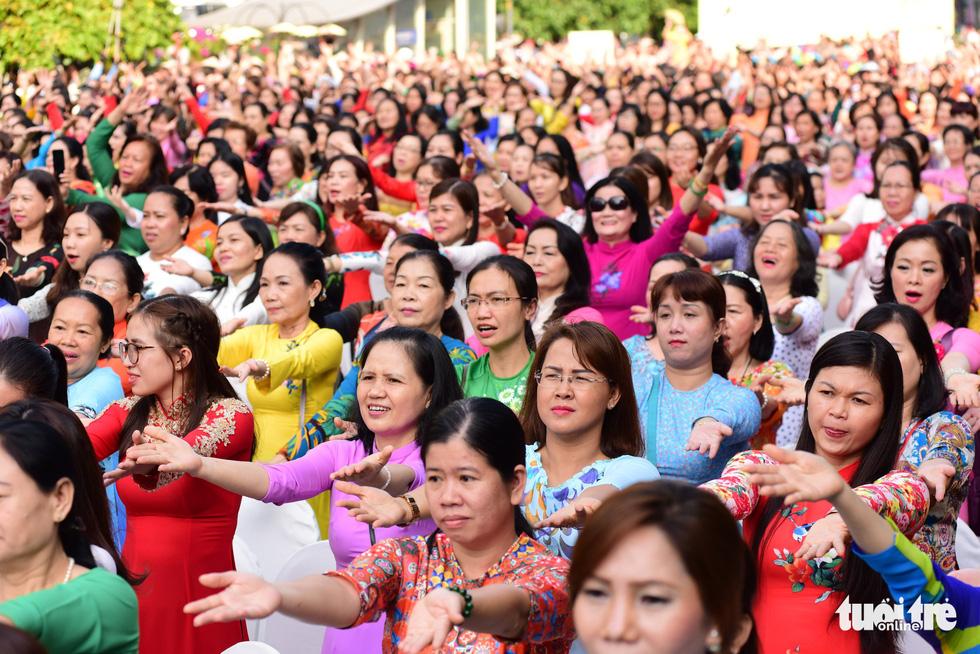 3.000 người mặc áo dài trên phố đi bộ Nguyễn Huệ sáng nay 3-3 - Ảnh 3.