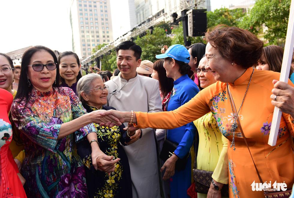 3.000 người mặc áo dài trên phố đi bộ Nguyễn Huệ sáng nay 3-3 - Ảnh 4.