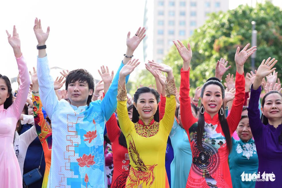 3.000 người mặc áo dài trên phố đi bộ Nguyễn Huệ sáng nay 3-3 - Ảnh 6.