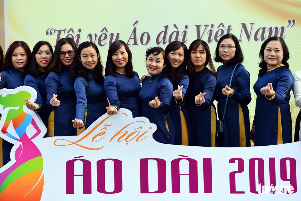 3.000 người mặc áo dài trên phố đi bộ Nguyễn Huệ sáng nay 3-3 - Ảnh 7.