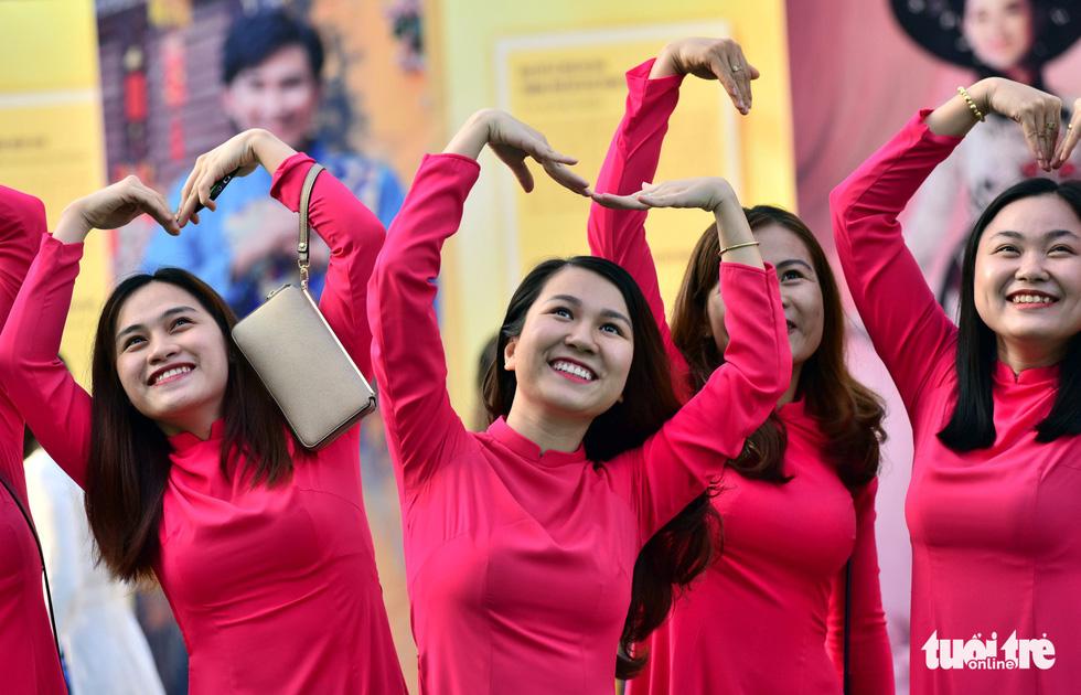 3.000 người mặc áo dài trên phố đi bộ Nguyễn Huệ sáng nay 3-3 - Ảnh 8.