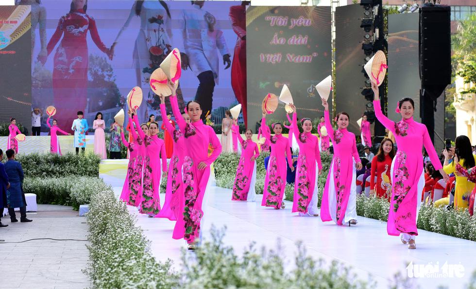 3.000 người mặc áo dài trên phố đi bộ Nguyễn Huệ sáng nay 3-3 - Ảnh 9.