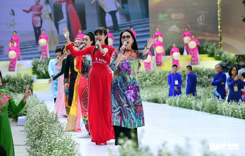 3.000 người mặc áo dài trên phố đi bộ Nguyễn Huệ sáng nay 3-3 - Ảnh 10.