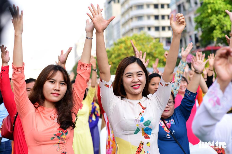 3.000 người mặc áo dài trên phố đi bộ Nguyễn Huệ sáng nay 3-3 - Ảnh 11.