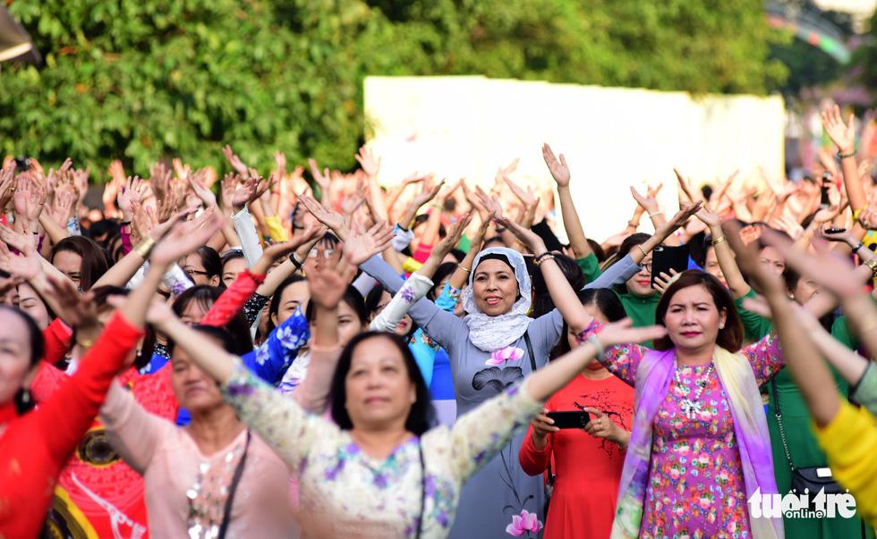 3.000 người mặc áo dài trên phố đi bộ Nguyễn Huệ sáng nay 3-3 - Ảnh 12.