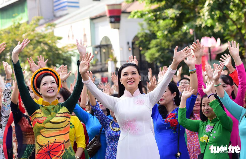 3.000 người mặc áo dài trên phố đi bộ Nguyễn Huệ sáng nay 3-3 - Ảnh 1.