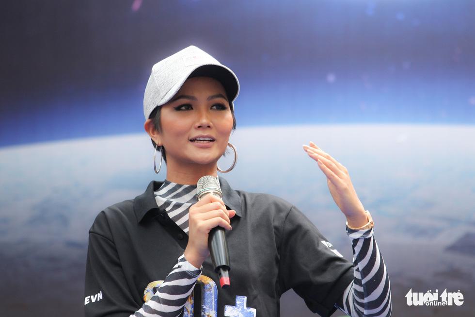 Hoa hậu HHen Niê truyền cảm hứng tiết kiệm năng lượng - Ảnh 1.