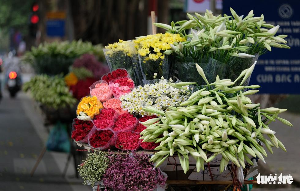 Hoa loa kèn gọi tháng 4 khắp phố phường Hà Nội - Ảnh 6.