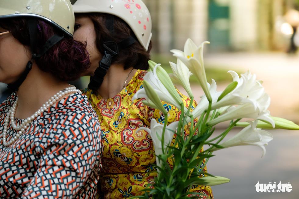 Hoa loa kèn gọi tháng 4 khắp phố phường Hà Nội - Ảnh 8.