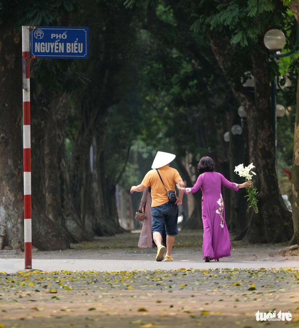 Hoa loa kèn gọi tháng 4 khắp phố phường Hà Nội - Ảnh 10.