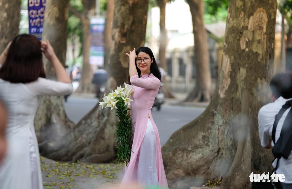 Hoa loa kèn gọi tháng 4 khắp phố phường Hà Nội - Ảnh 7.