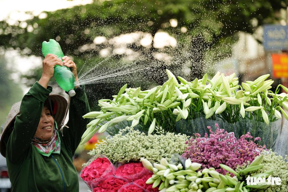 Hoa loa kèn gọi tháng 4 khắp phố phường Hà Nội - Ảnh 2.