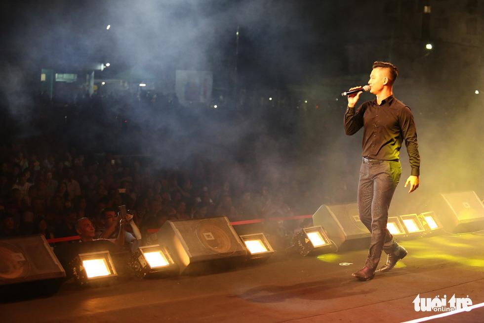 20.000 khán giả đồng ca Trịnh Công Sơn cùng Bằng Kiều, Đức Tuấn, Quang Dũng... - Ảnh 10.