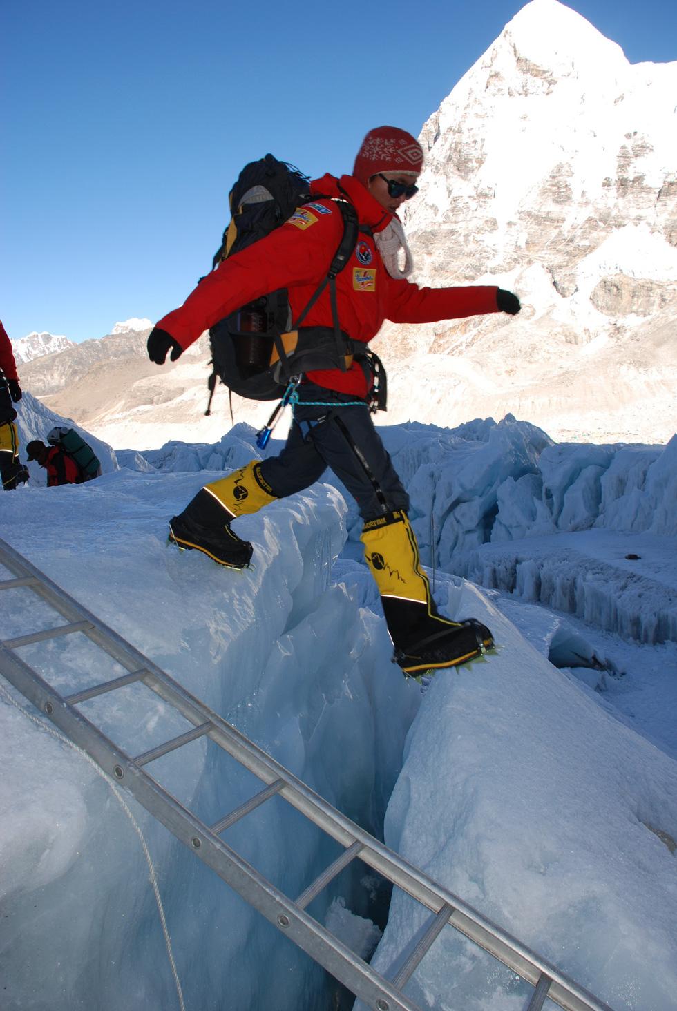 Người Việt Nam trẻ tuổi nhất chinh phục Everest thi chạy 42km ở Bắc cực - Ảnh 1.