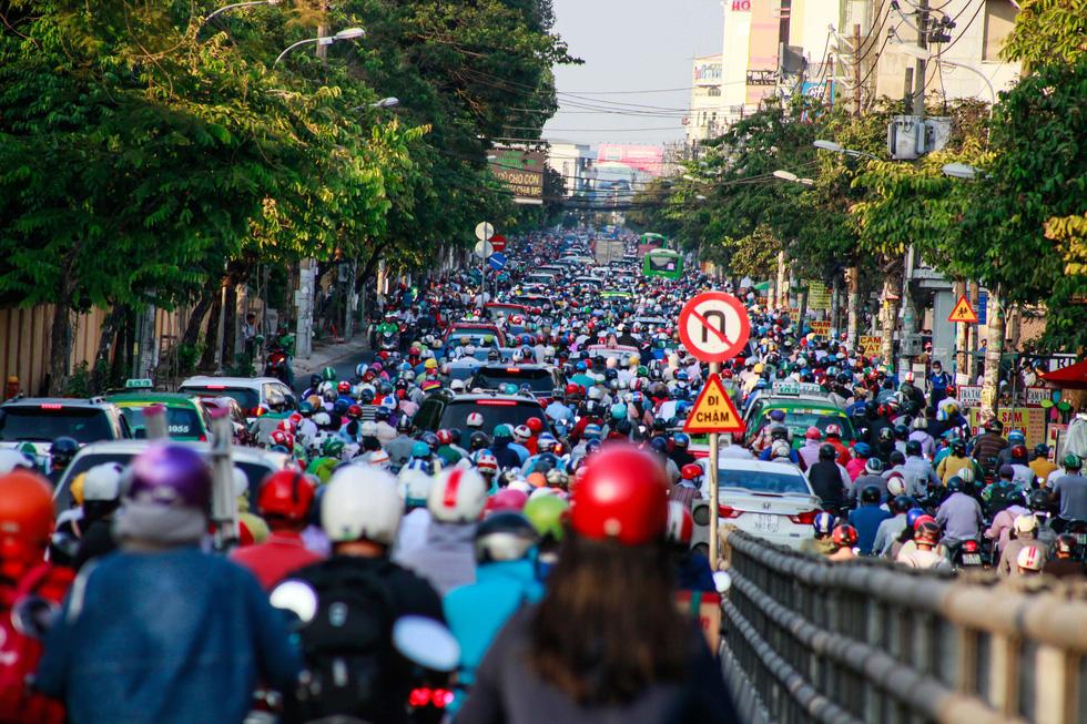 Giờ cao điểm, hai làn đường thành một ở Nguyễn Thái Sơn - Ảnh 2.