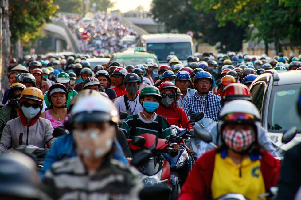Giờ cao điểm, hai làn đường thành một ở Nguyễn Thái Sơn - Ảnh 3.