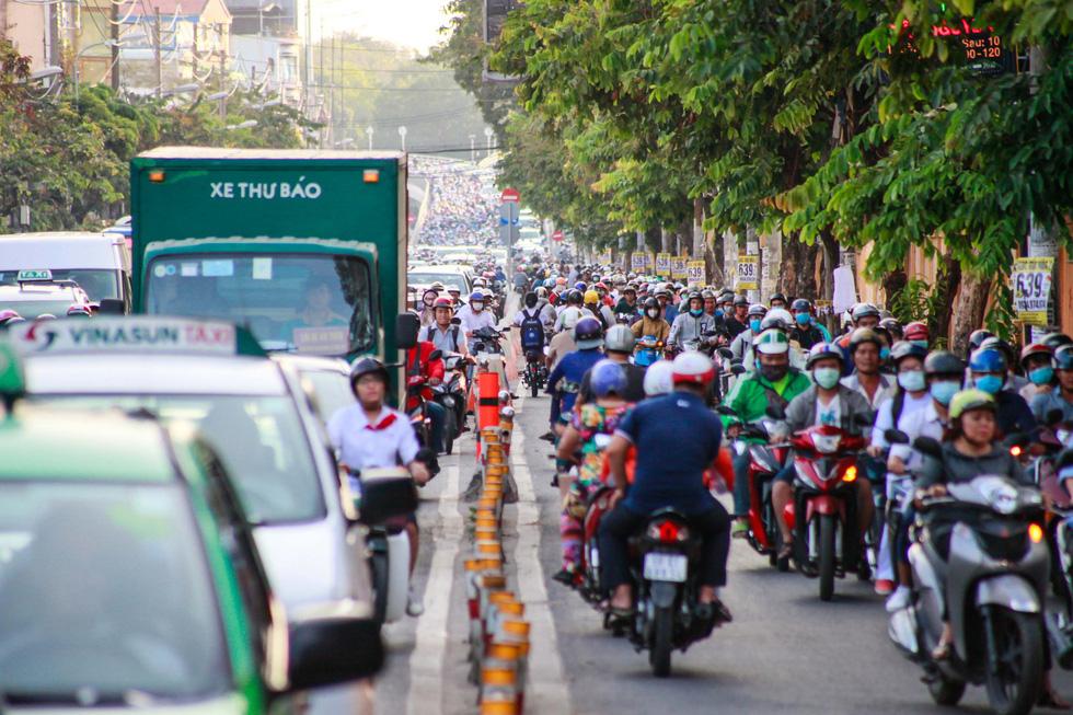 Giờ cao điểm, hai làn đường thành một ở Nguyễn Thái Sơn - Ảnh 8.