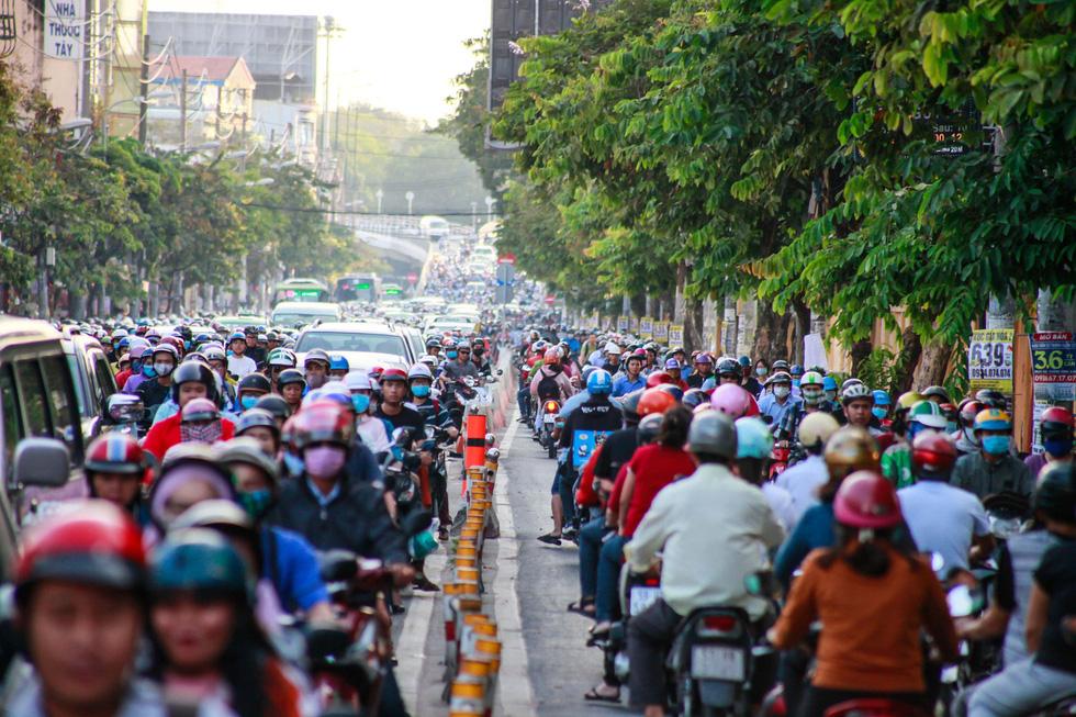 Giờ cao điểm, hai làn đường thành một ở Nguyễn Thái Sơn - Ảnh 5.