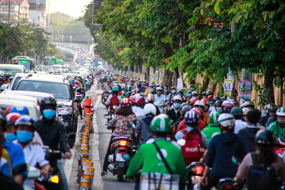 Giờ cao điểm, hai làn đường thành một ở Nguyễn Thái Sơn - Ảnh 7.