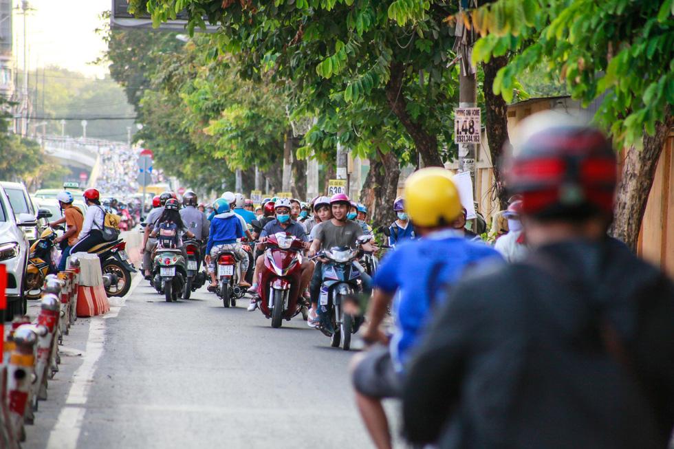 Giờ cao điểm, hai làn đường thành một ở Nguyễn Thái Sơn - Ảnh 6.
