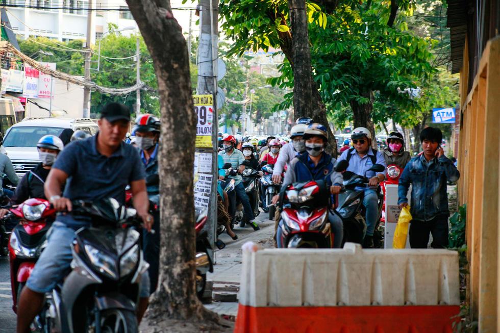 Giờ cao điểm, hai làn đường thành một ở Nguyễn Thái Sơn - Ảnh 9.