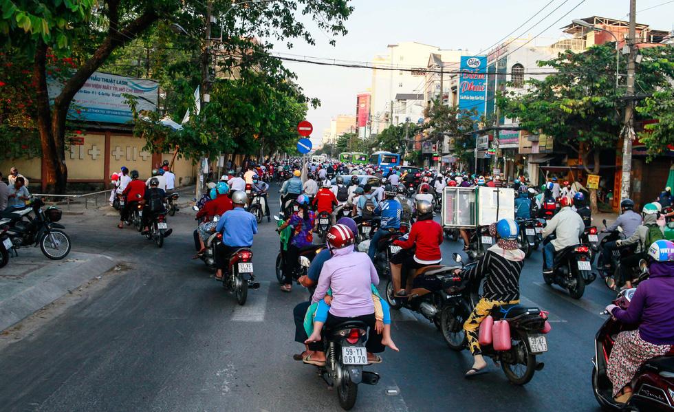 Giờ cao điểm, hai làn đường thành một ở Nguyễn Thái Sơn - Ảnh 4.