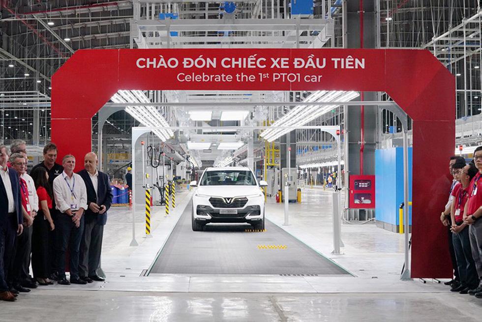 Cận cảnh xe chiếc VinFast Lux SA2.0 đầu tiên vừa xuất xưởng - Ảnh 1.