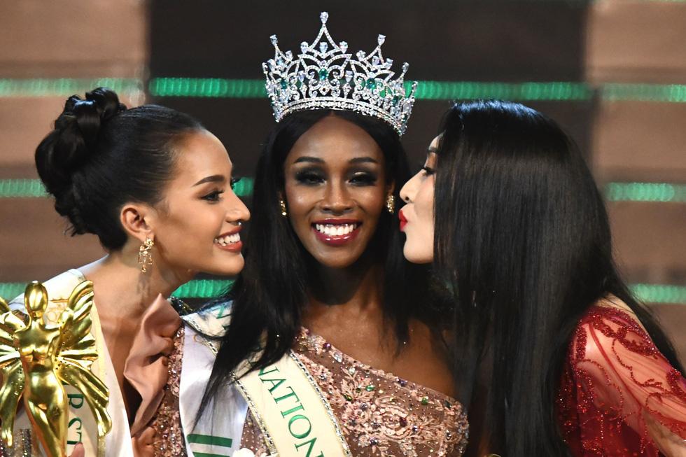 Hương Giang vừa trao vương miện cho Hoa hậu chuyển giới Mỹ - Ảnh 4.