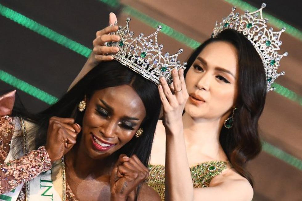 Hương Giang vừa trao vương miện cho Hoa hậu chuyển giới Mỹ - Ảnh 1.