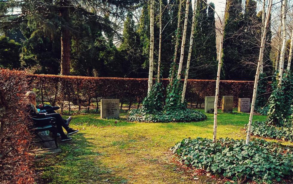 Hẹn hò, picnic, phơi nắng và cả... hôn nhau ở nghĩa trang - Ảnh 6.
